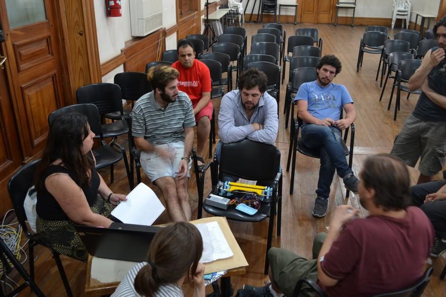 Jóvenes trabajando en proyectos accesibles